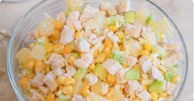 2. Остывшую грудку режем кусочками, добавим к салату, заправим по вкусу сметаной или майонезом, перемешаем.