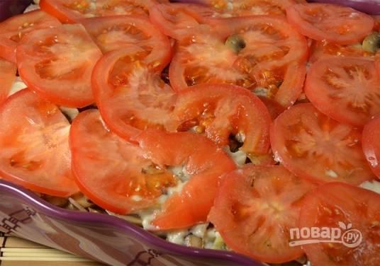 Последний слой — нарезанные тонкими пластинками помидоры. Его соусом поливать не нужно.