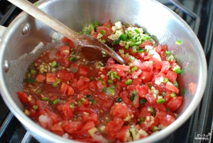 Тушите джем из томатов на среднем огне примерно 45 минут.