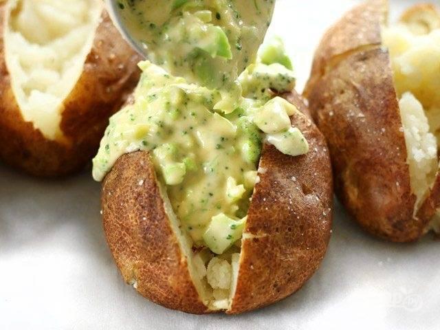 9.Добавьте соус с брокколи в каждый картофель.