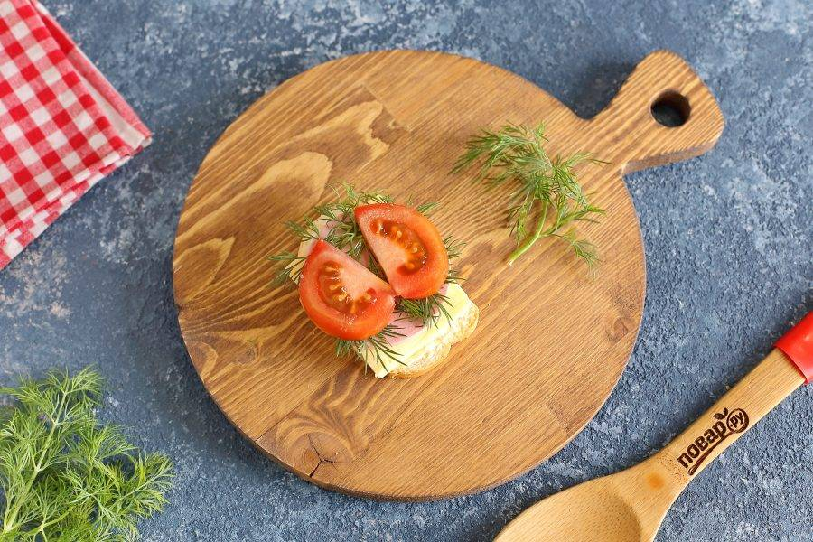На колбасу выложите любую зелень, можно взять лист салата, а сверху положите кружочек помидора разрезанный пополам. Выложите помидор так, чтобы он напоминал крылья как на фото.