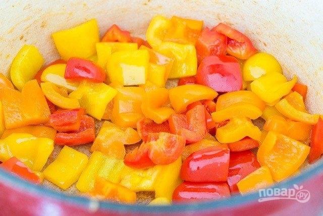 3. После этого удалите лук, а вместо него обжарьте перец кусочками в течение 5 минут со щепоткой соли.