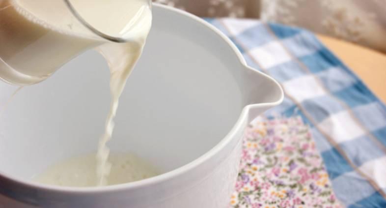 Влейте в глубокую емкость теплое молоко.