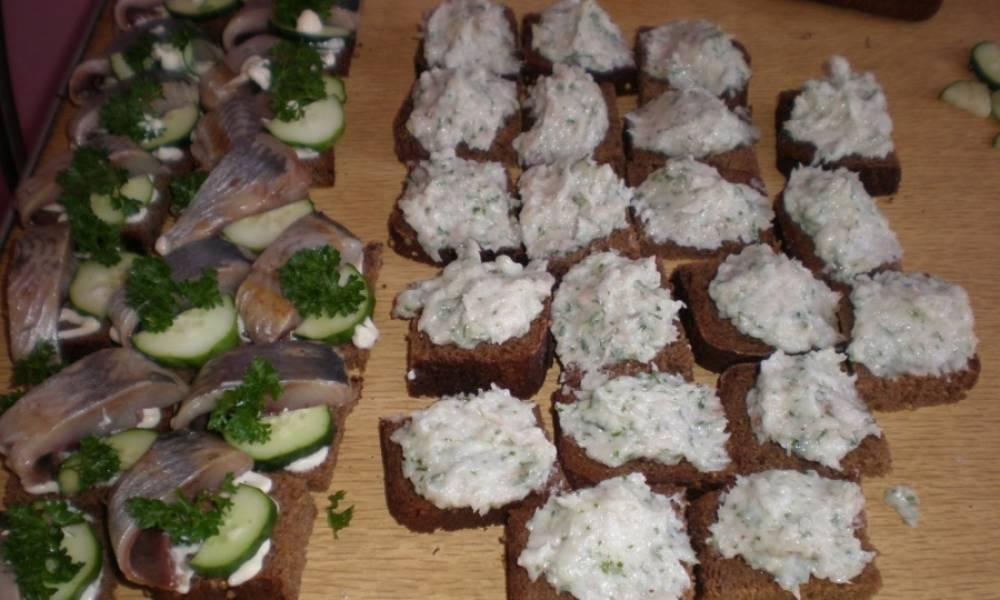 На хлеб без майонеза намазываем смесь из сала и чеснока, на хлеб с майонезом выкладываем огурчики и кусочек селедки и веточку укропа.