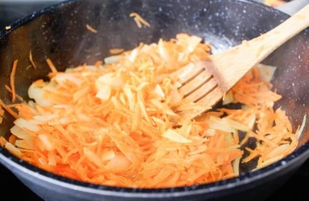 Добавьте тертую морковь, перемешайте и готовьте еще 5-7 минут.