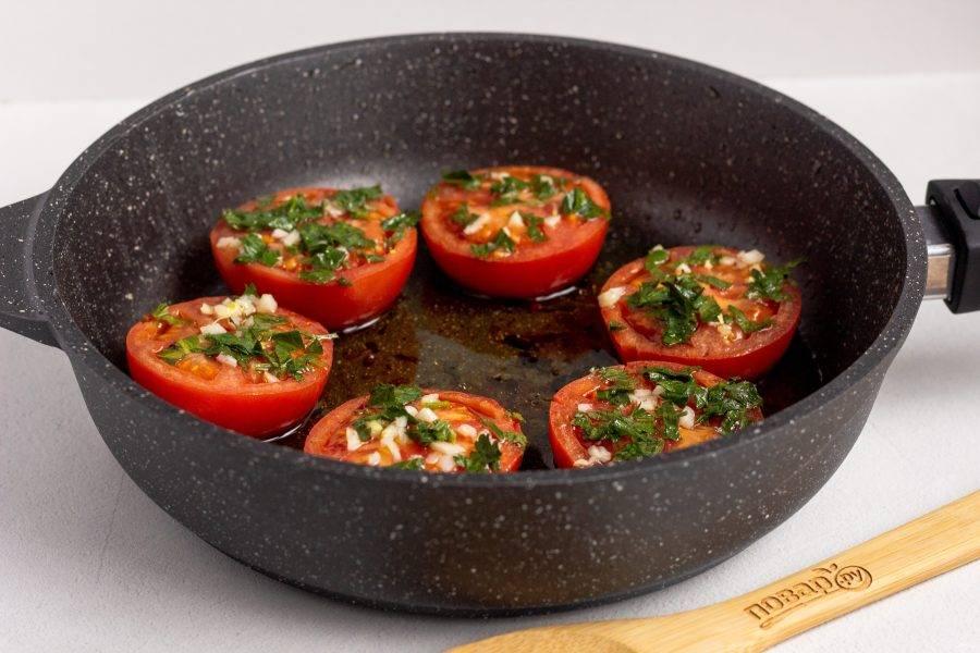 Готовьте помидоры под крышкой 6-7 минут. Затем остудите и подавайте к столу!