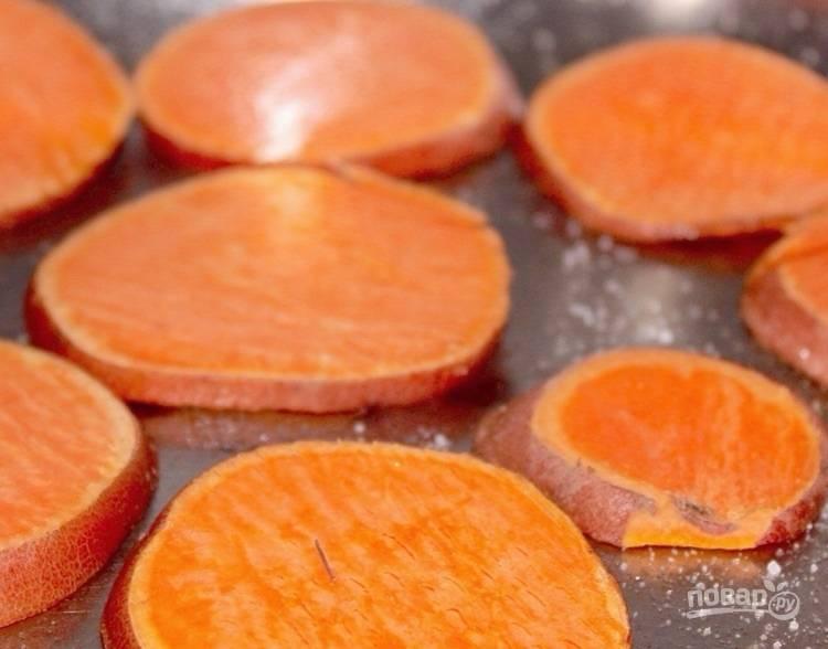 3.Накройте сковороду крышкой и готовьте картофель 5-6 минут на среднем огне.