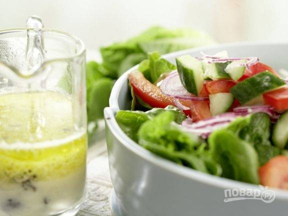 В тарелку для сервировки нарвите промытые листья салата. На них уложите все овощи. Оливки пока не трогайте.