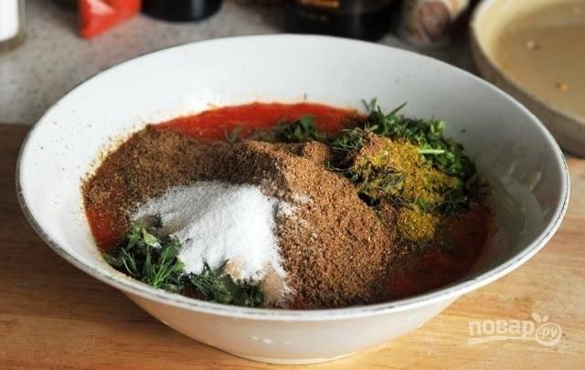 5.Добавьте в миску к оставшимся ингредиентам все специи, кроме паприки.
