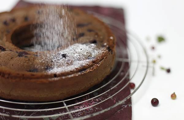 9. Вот такой простой рецепт кекса со смородиной. Перед подачей можно украсить его свежими ягодками или присыпать сахарной пудрой, например.