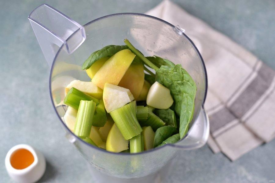 Переложите шпинат, сельдерей и яблоко в чашу блендера.