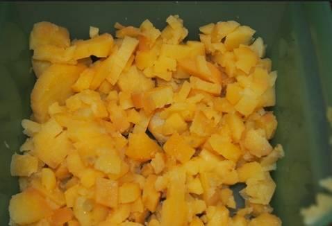 2. Картофель тоже нарезаем кубиками. Складываем все в одну большую миску.