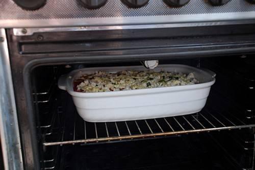 Ставим форму в разогретую до 180 градусов духовку и запекаем кабачки до образования золотисто-коричневой корочки.