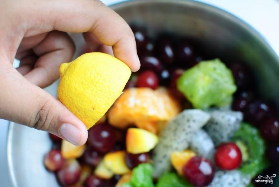 Выдавите сок лимона в салат. Можете добавить по вкусу соль и сахар.