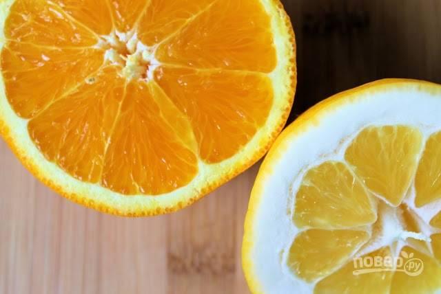 2. Из апельсинов выжмите сок. Добавьте немного сока лимона. Очистите и натрите на мелкой терке имбирь.