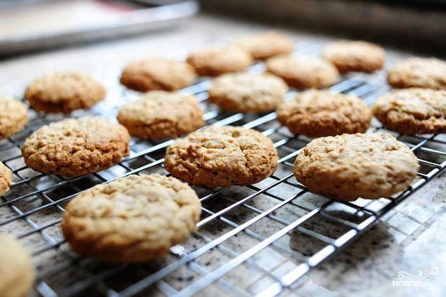 5. Достать готовое печенье из духовки и дать остыть на стойке.