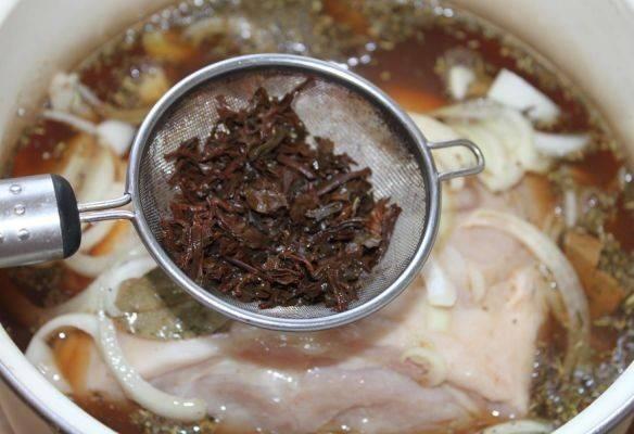 Заливаем остывшей чайной заваркой мясо. Оно должно быть полностью покрыто чаем. Оставляем мясо мариноваться часов на 5.