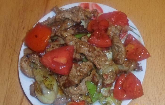 Через 15 минут добавляем к мясу лук, помидоры и перец, порезанный кубиками. Тушим на медленном огне под крышкой до готовности овощей. Приятного аппетита!