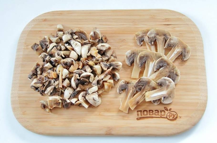 Для начинки разрежьте шампиньоны пополам, из средней части нарежьте 9 пластин, а остальные грибы нарежьте кубиками.