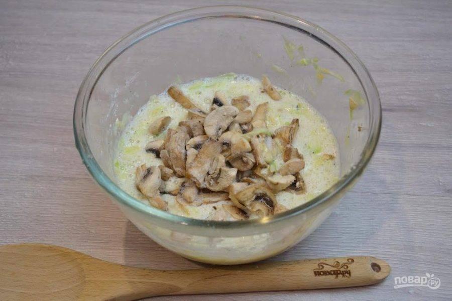 3. Шампиньоны или другие грибы нарезать небольшими кусочками. Для приготовления такого блюда можно взять замороженные или свежие шампиньоны, маринованные грибы типа опят или лисичек, лесные грибы, предварительно отваренные. В массу добавьте несколько ложек муки. Вымешайте тесто для блинчиков.