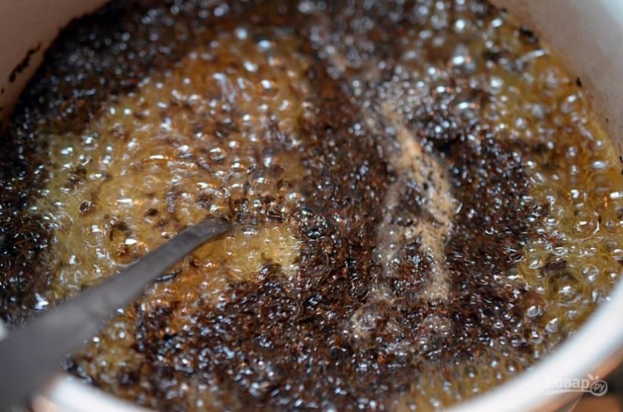В кастрюле среднего размера доведите воду до сильного кипения. Когда вода закипит, добавьте чай и снимите кастрюлю с огня.