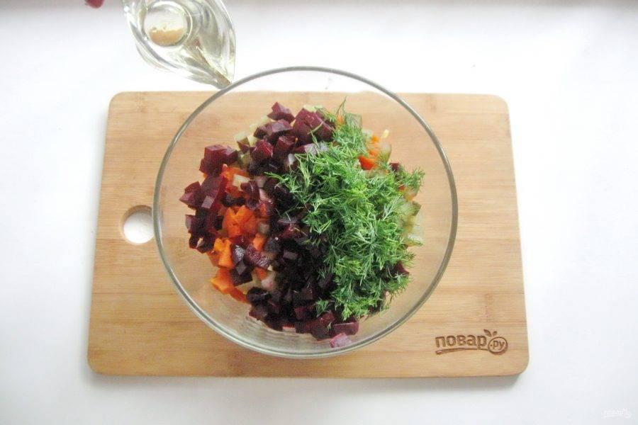 Винегрет посолите по вкусу и заправьте растительным маслом.
