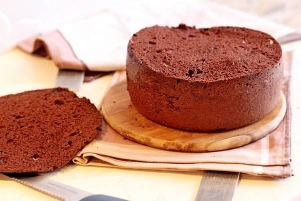 Готовый бисквит охладить и срезать аккуратно верхний слой.