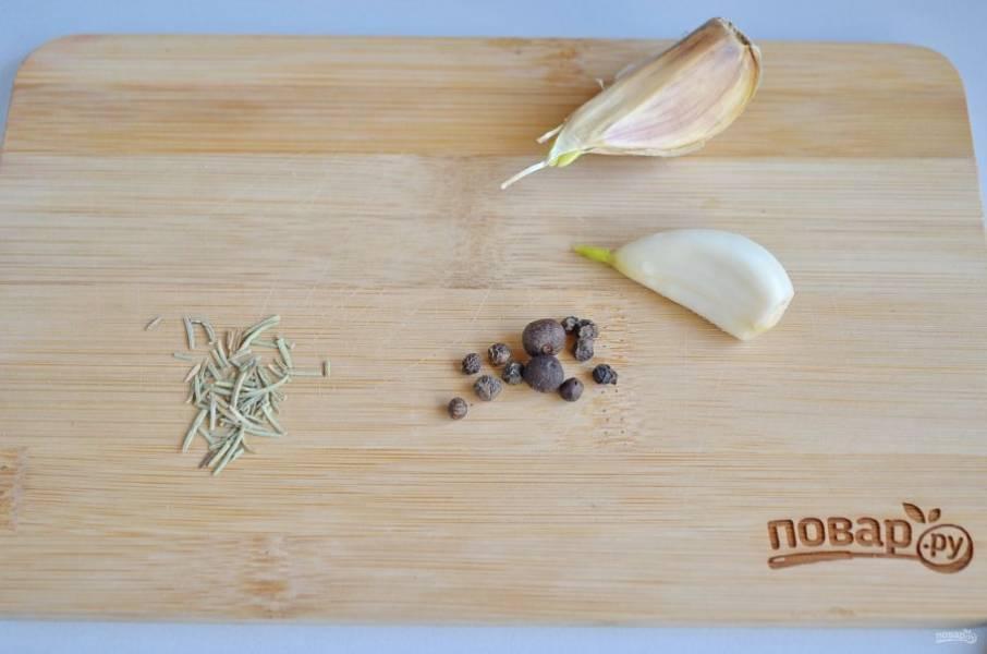 4. Пока тесто в холодильнике, приготовьте специи: измельчите максимально чеснок, в ступке растолките перец или смесь перцев, розмарин. Отварите брокколи в соленой воде в течение 5 минут, откиньте на дуршлаг.