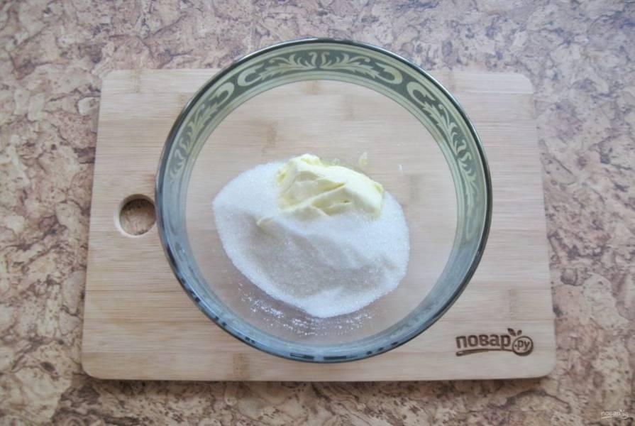 В миску выложите мягкое сливочное масло и 60 грамм сахара.