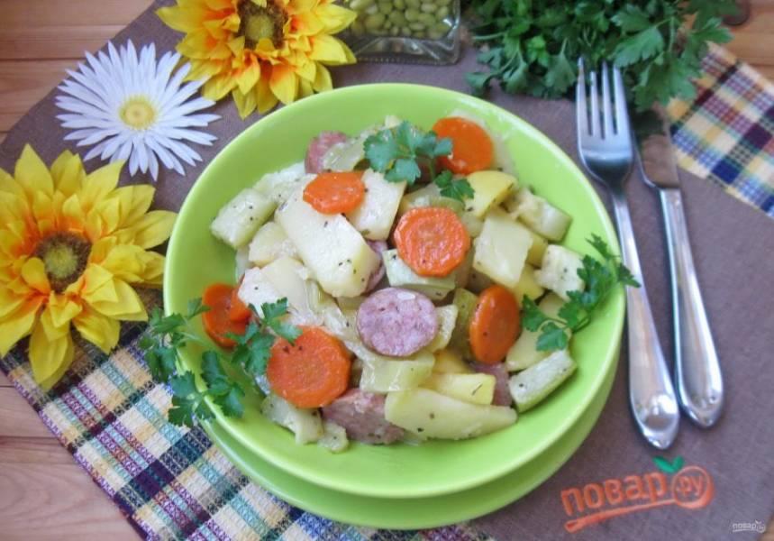 Картофель с колбасками в духовке готов.