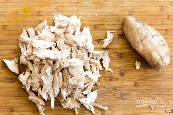 5.Отварное куриное мясо разберите на волокна.