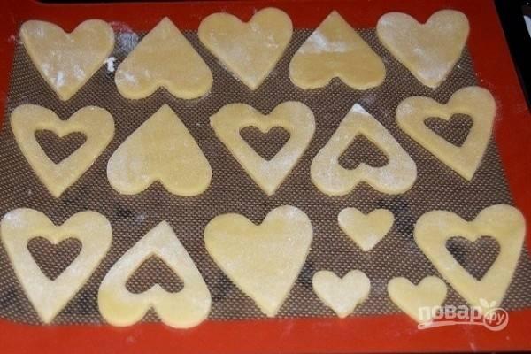 5.Выложите печенье на противень с бумагой для выпечки или на силиконовый коврик. Поставьте противень с печеньем на 15 минут в холодильник. Затем выпекайте печенье в предварительно разогретой до 180 градусов духовке около 5-10 минут до светло-золотистого цвета.