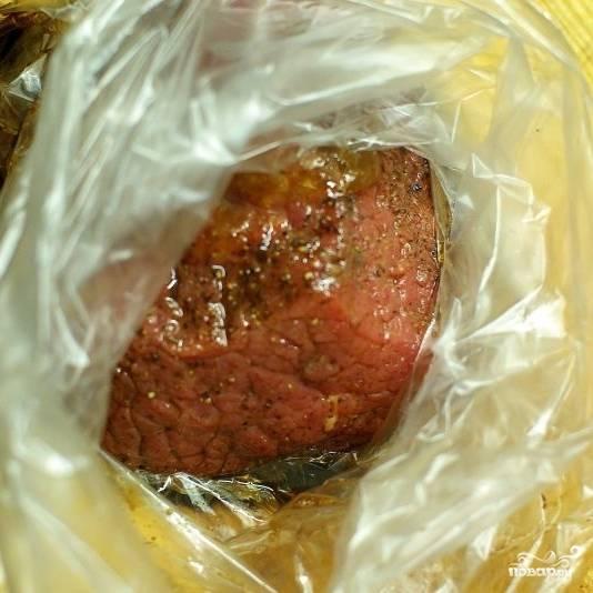 Кладем кусок говядины в плотно закрывающийся полиэтиленовый пищевой пакет, туда же добавляем бальзамический уксус, вустерширский соус, мед и оливковое масло. Хорошенько перемешиваем, чтобы мясо равномерно покрылось маринадом из тщательно смешавшихся ингредиентов. Если одного из ингредиентов для маринада у вас нет - не отчаивайтесь, можно обойтись и без него (либо заменить чем-то, что вам нравится). Отправляем в холодильник мариноваться на пару часов (мясо надо замариновать предварительно). Я мариновал 8 часов.