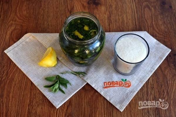 Сложите измельченную зелень в чистую банку, добавьте цедру лимона, залейте водкой, прикройте крышкой, оставьте на 3-4 часа.