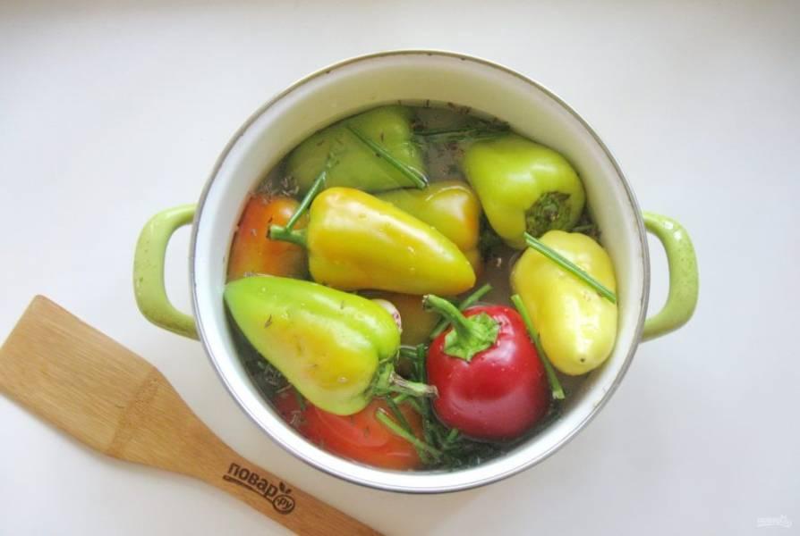 Залейте перец приготовленным рассолом. Накройте тарелкой или крышкой и поставьте на тарелку груз, чтобы перец полностью был в рассоле. Оставьте перец при комнатной температуре на 2-4 дня.