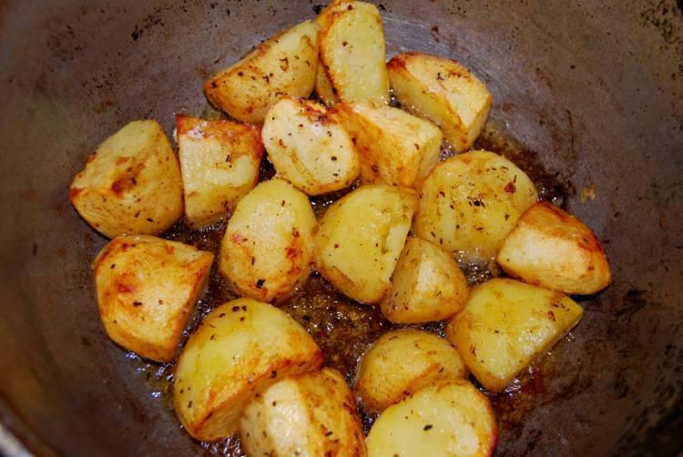 Затем курицу достаем, обжариваем картошку.
