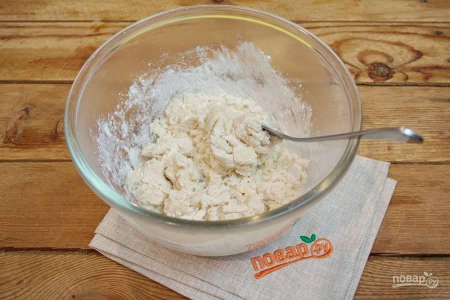 Влейте  кипяток  и заместите тесто вилкой. Руками работать с горячим тестом очень неудобно.