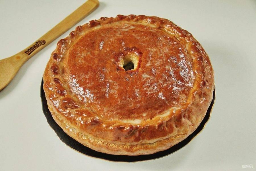 Затем достаньте и проверьте начинку. Если она окажется суховата, влейте через круглое отверстие по центру 2-3 столовые ложки воды или бульона. Отправьте пирог обратно в духовку, прибавьте температуру до 180 градусов и выпекайте до тех пор, пока он не станет румяным, а начинка не приготовится. Готовый Хуплу смажьте водой, сливочным или растительным маслом. Накройте полотенцем и дайте постоять ему еще 1 час.