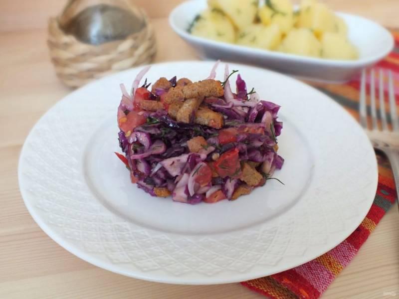 Перед подачей добавьте сухарики. Можно посыпать сверху, а можно перемешать с салатом. Приятного аппетита!