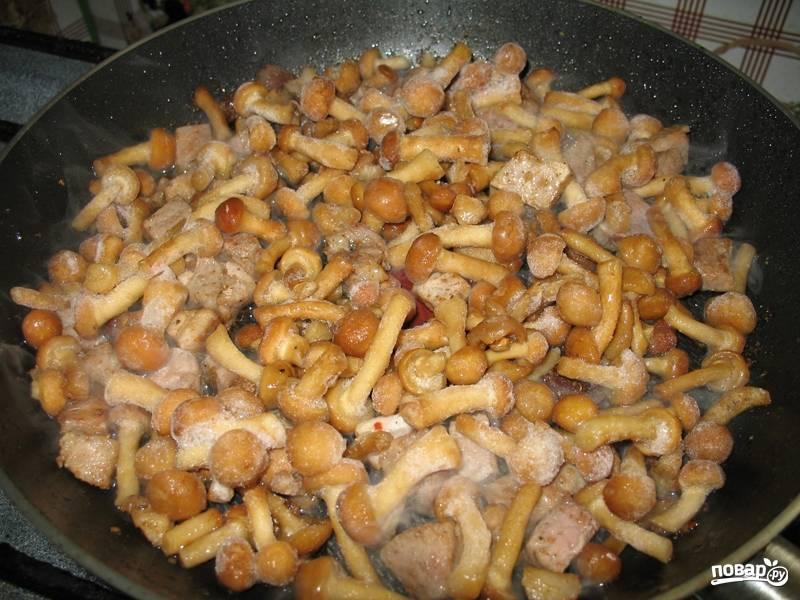 Грибы моем и отправляем на сковороду к мясу. У меня были замороженные опята. Я их предварительно не размораживала.