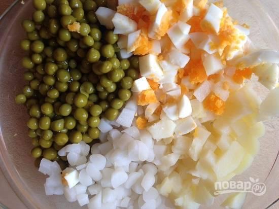 Выкладываем все подготовленные ингредиенты в миску и добавляем зеленый горошек.