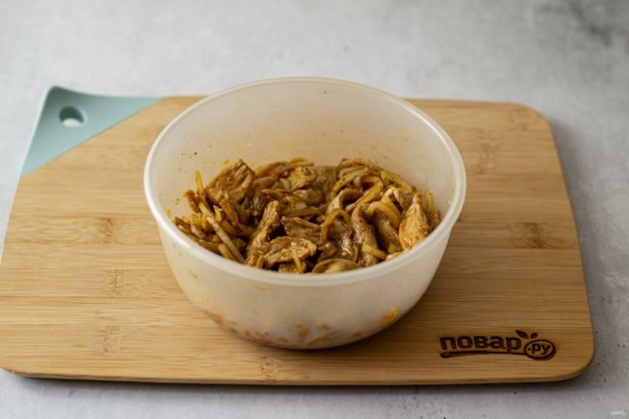 В большой миске соедините лук и чеснок с получившимся маринадом. Добавьте соевые кусочки. Тщательно все перемешайте, чтобы они пропитались соусом. Оставьте на минимум на полчаса замариноваться.