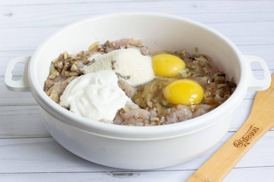 Затем добавьте яйца, сметану, манку и снова перемешайте.