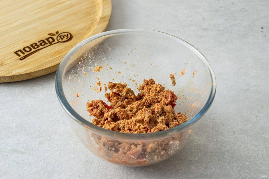 Для начинки измельчите острый и сладкий перец, слегка обжаренные грецкие орехи и чеснок.