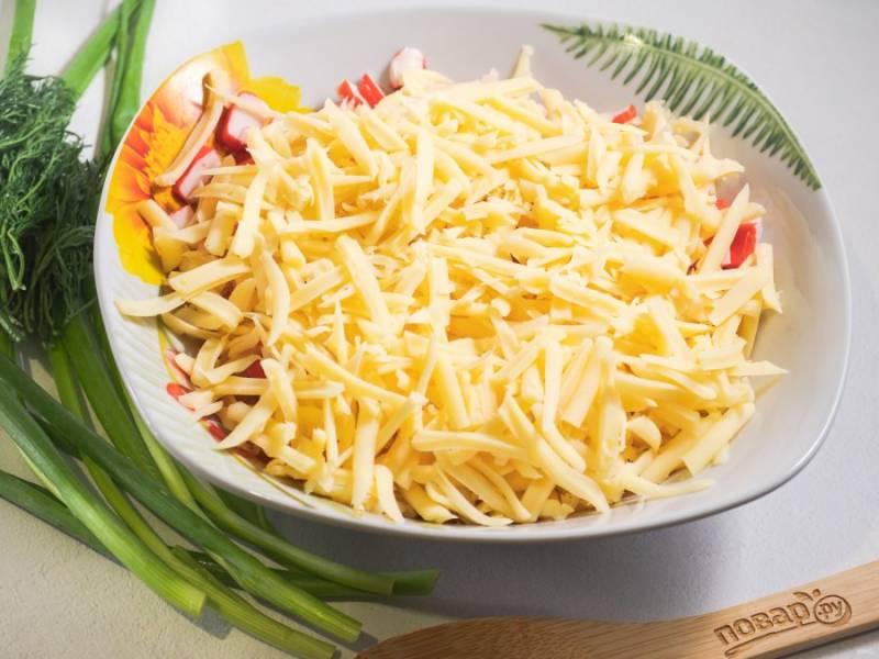 Затем добавьте сыр натертый на крупной терке.