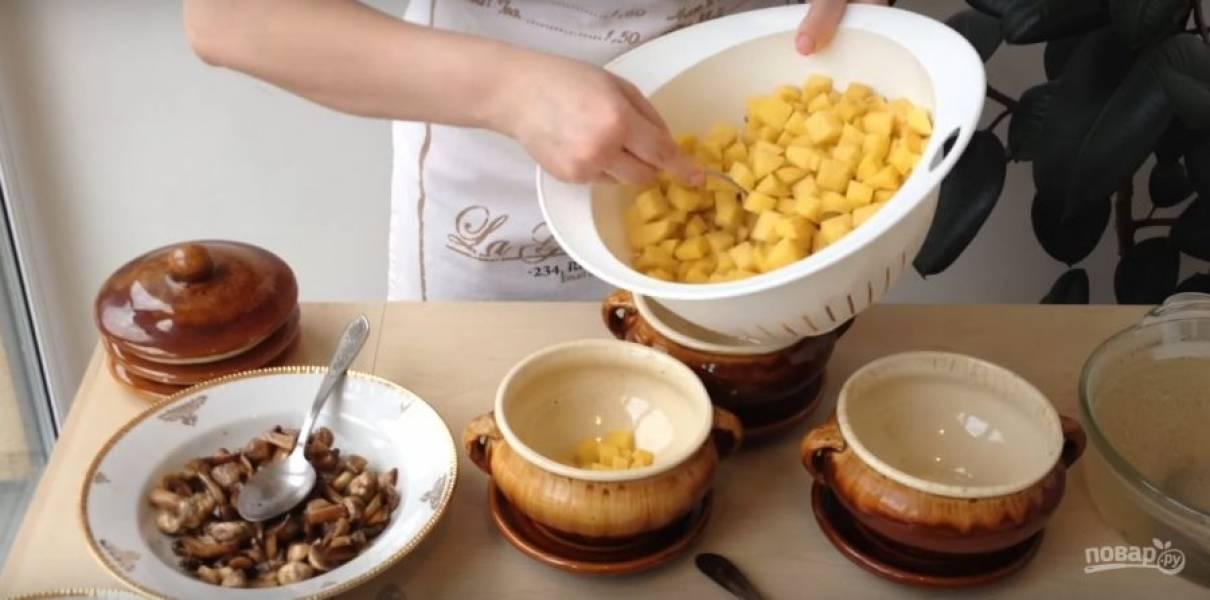 На дно горшка нужно положить сырой картофель.