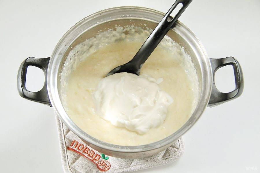 9. Быстро перемешайте все, чтобы сыр расплавился и добавьте сметану.