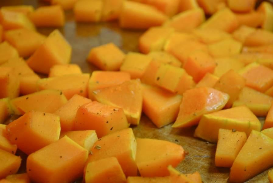 1. Включите духовку нагреваться на 180 градусов. Сначала займемся тыквой. Помойте ее, выберите семечки и снимите кожицу. Нарежьте небольшими кубиками. Посыпьте шалфеем, перемешайте, затем полейте медом или сиропом и снова перемешайте. Противень застелите пергаментом или сбрызните растительным маслом. Выложите приготовленные кусочки тыквы и отправьте на 15 минут в горячую духовку. Через четверть часа вытащите, перемешайте и запекайте еще 15 минут до мягкости.