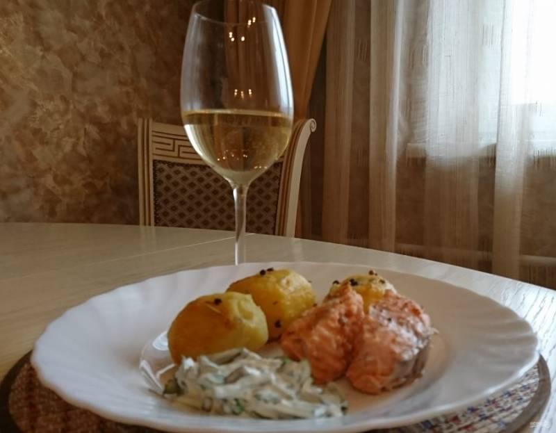 Подайте рыбу с картофелем и соусом тартар с бокалом белого вина. Приятного аппетита!