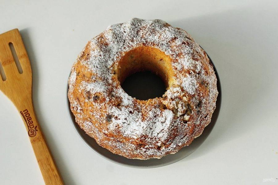 Кекс с фруктами готов. Дайте ему немного остыть, затем аккуратно извлеките. По желанию посыпьте сахарной пудрой.